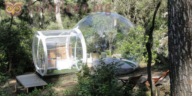 Attrap reves - French hotel from inflatable transparent capsules