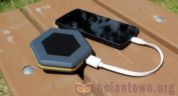 It shows a device that allows to use a smartphone in the absence of any communication networks