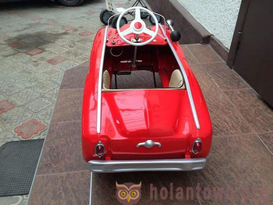 Craftsman restores children's cars since the Soviet Union. They look better than new
