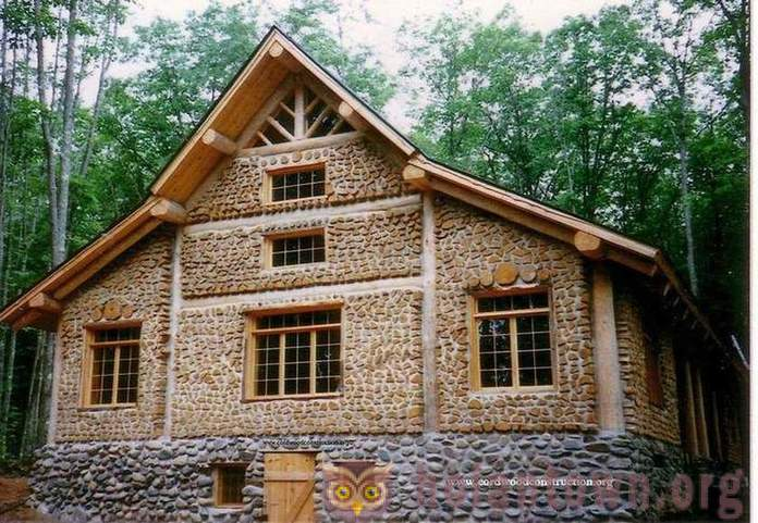 Construction of houses from wood and clay