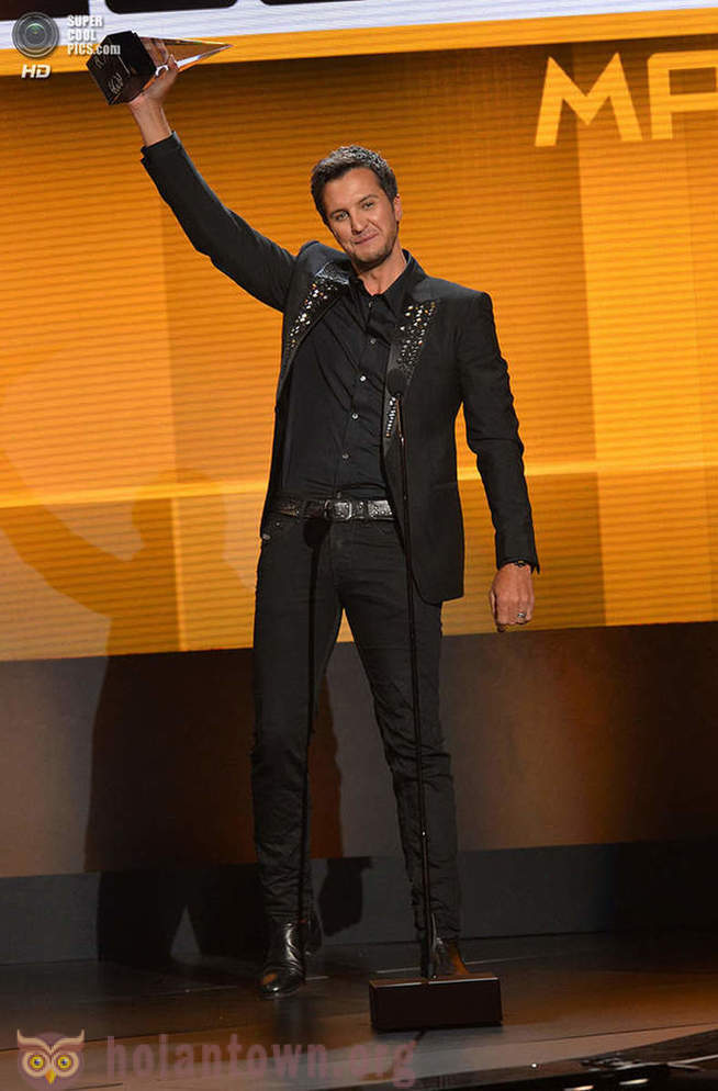 As the ceremony of awarding the American Music Awards of 2013